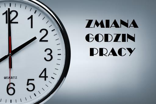 Zdjęcie przedstawia zegar wskazujący na godzinę 14:00. Obok zegara znajduje się tekst informujący o zmianie godziny pracy biblioteki.